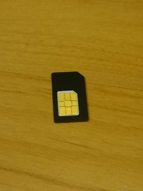 写真: SIMカードのサイズはnanoなのでアダプタで使用