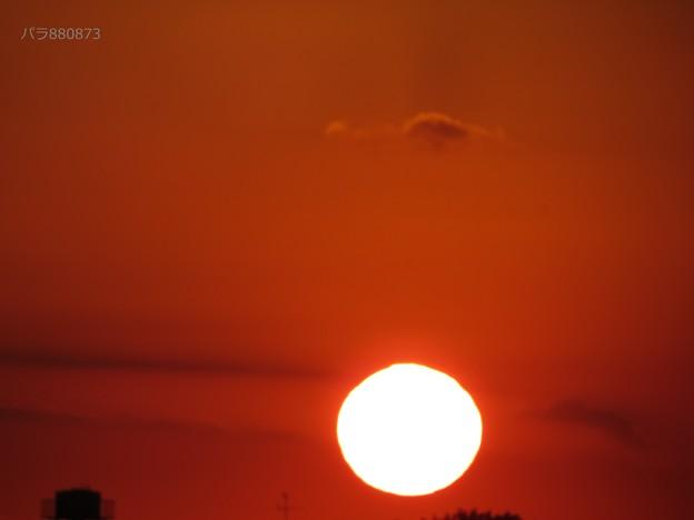 丸い夕陽と赤い夕焼け空