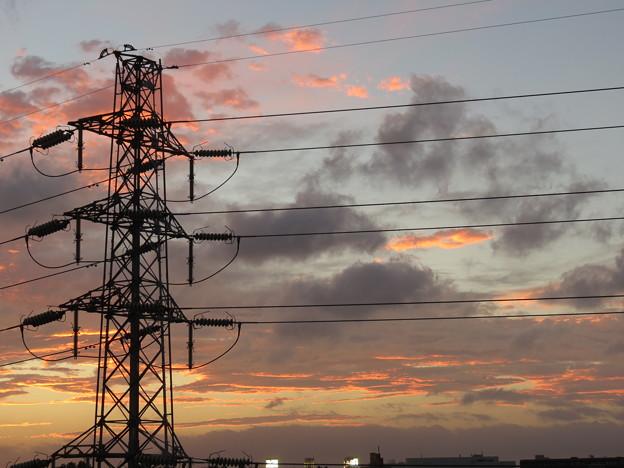 日没後の燃える夕焼け空、鉄塔(2)