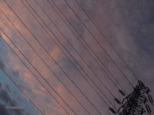 高圧鉄塔と夕焼雲