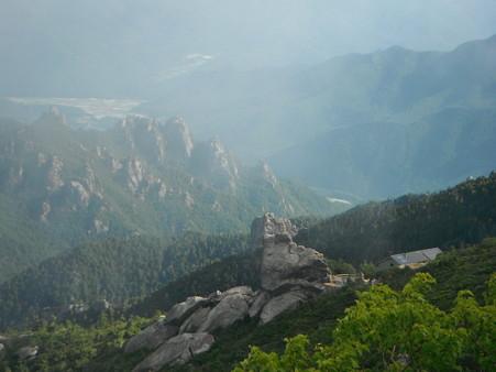 尾根から金峰山小屋を望む